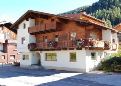 haus-moostal-aussenansicht-sommer-unterkunft-appartements-in-st-anton-am-arlberg