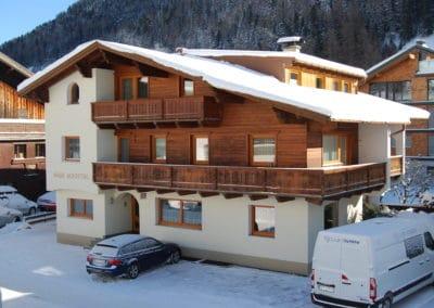 haus-moostal-winter-ansicht-aussen-zimmer-appartements-in-st-anton-am-arlberg
